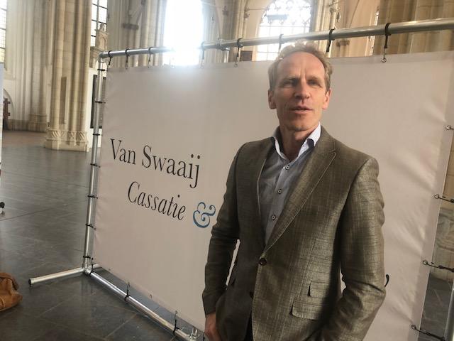 Foto.prof.Bartels.poseert - - van Swaaij Cassastie & Consultancy - cassatieadvocaat - cassatie advocaat