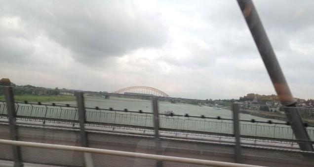 Waalbrug.trein